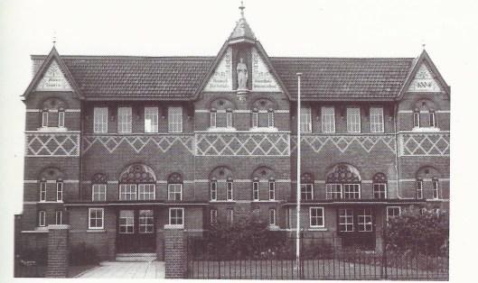 St. Jozefschool met beeld van de patroonheilige in de voorgevel