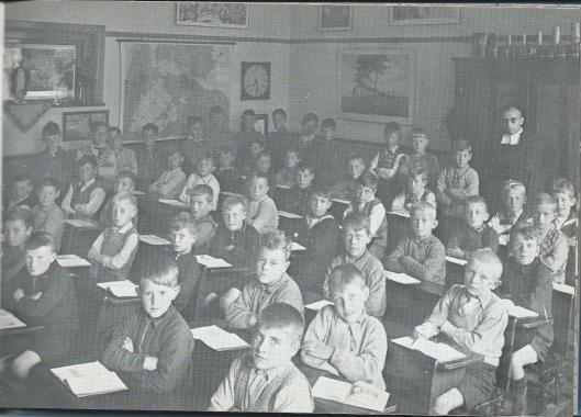 Jongens uit de klas van Broeder Jozef in 1933. Onder de leerlingen o.a.: Frits Bouwmeester, M.Apswoude, Jan van Lietop, Jan Verheyde, Aad Huysmans, Ben van Bakel en Nic. Hulsbosch (Uit: Kent U ze nog....de Bennebroekers).