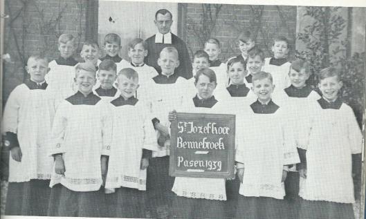 Foto van het St.Jozefkoor Bennebroek in 1939 onder leiding van broeder Huijsmans met o.a. Jan Lierop Pzn., Maerien van Lierop, Aar Huysmans, Jan Prins, Ben van Bakel, Kees Telleman, Piet Caspers, Jan van Lierop Mzn. en Kootje Lammers (Uit: Kent U ze nog...de Bennebroekers).