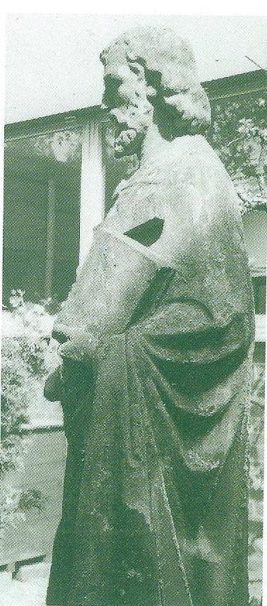 Na de sloop van de St. Jozefschool is het Jozefbeeld dat in een nis in de voorgevel stond verplaatst naar de binnentuin van de Ark in de Geleerdenwijk Heemstede.