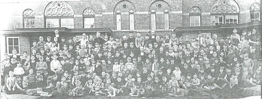 De Jozefschool met alle leerlingen broeder-inderwijzers