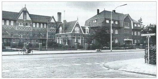 V.l.n.r. de St. Jozefschool, het voor het hoofd van de school, de heer Pronk, bebouwde woonhuis en rechts het Broederhuis. Enkel de woning overleefde sloop.