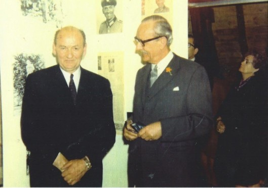 Naae aanleding van een naoorlogse tentoonstelling gewijd aan Joep Henneboel werd die ontvangen door burgemeester mr. A.G.A.ridder van Rappard (rechts)