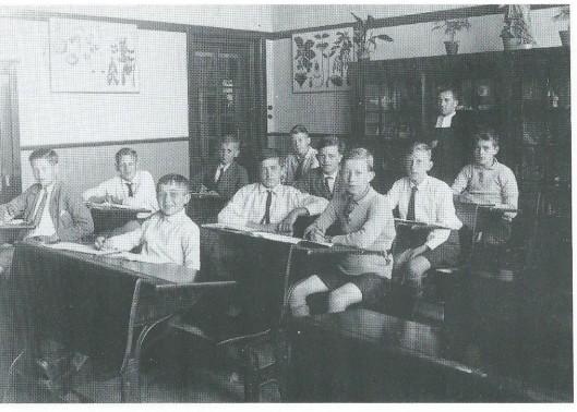De hoogste klas van de Sint Jozefschool anno 1930 met broeder Alexius. Geheel links vooraan de latere journalist Arie Kramer.