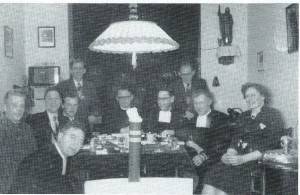 Sinterklaas met de leiders van de 'Jongensstad' bij de familie Visser in Bennebroek, circa 1954. V.l.n.r.: Henk Selhorst, Jan Hageman, Jan Teeuwisse, Aad Visser, kapelaan Voorbij, broeder Bernardus, Bernard LOmmerse, broeder Remigius, mw. Mies Visser-de Groot. Vooraan broeder Willibrord Klomp (foto mw.A.Selhorst, uit: Katholiek rond de rand van Kennemerland, 1997.