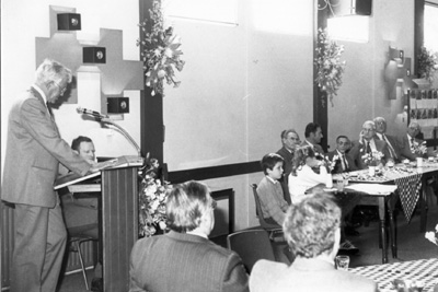 In 1986 namen de laatste broeders van de la Salle afscheid in Mierlo-Hout om naar Cuijk te verhuizen. Broeder Willebord die o.a. veel foto's maakte voor Houtvonken luistert aandachtig (Archief Houtvonken, 1986).