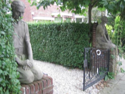 Kleifiguren arbeiders grafmonument Talma in Bennebroek voor een pand aan de Bronsteeweg Heemstede