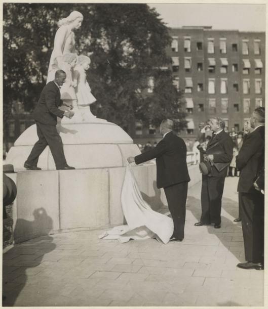 Het laatste deel van beeldhouwwerk 'Veiligheid in verkeer' op 29 september 1937 onthuld. Op het voetstuk staat de maker Dirk J.Wolbers