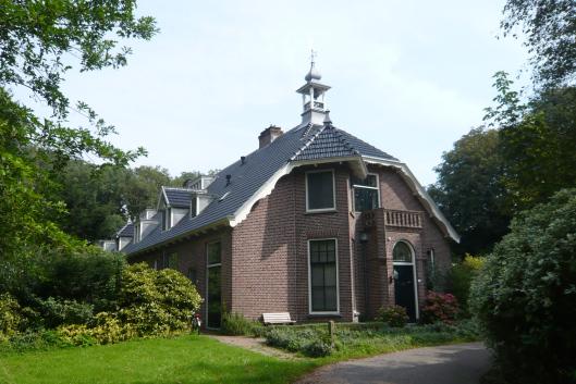 Hofje Van Verschuer Brant aan de Binnenweg in Bennebroek, in 1900 gebouwd naar een ontwerp van Johannes Wolbers