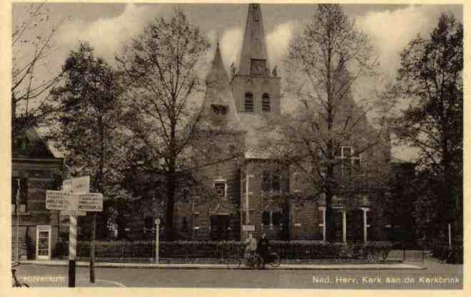 In 1890-1891 maakte Johannes Wolbers het ontwerp voor een vergrote Nederlands Hervormde Kerk in Hilversum. Prentbriefkaart van het vergrote godshuis aan de Kerkbrink in Hilversum.