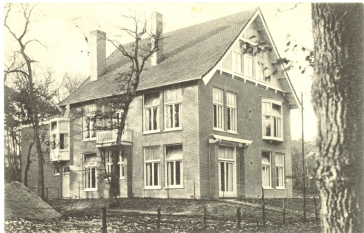 J.Wolbers ontwierp in 1910oorspronkelijk als schoolgebouw op 't Kopje: Koepellaan 8 (oude prentbriefkaart)