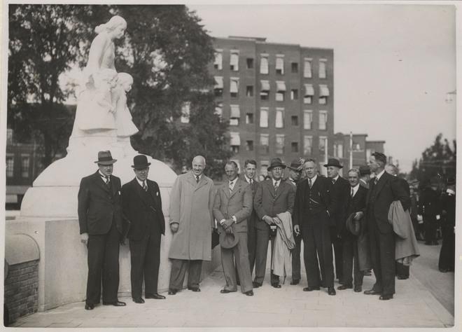 Na de onthulling van beeldhouwwerk op de Conradbrug. Rechts wethouder M.Vrijenhoek, tweede van rechts wethouder ir.L.J.M.Feber en derde van rechts beeldhouwer D.J.Wolbers.