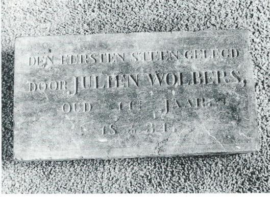 De 11-jarige Julien Wolbers legde de eerste steen voor uitbreiding pand aan de Zandvaart (thans Kerklaan 13) in Heemstede