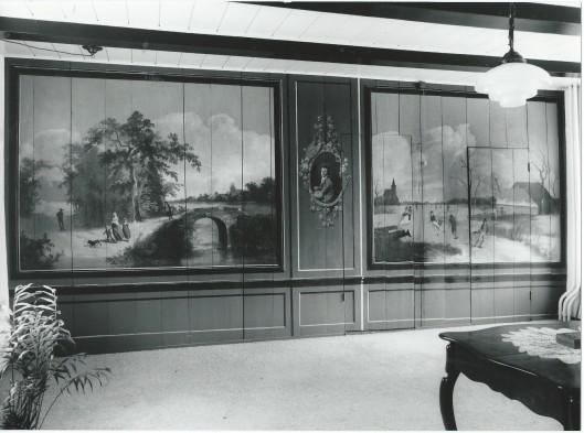 Tweeluik met links een zomer- en rechts een winterlandschap. Daartussen zelfportret van H.G.Wolbers. Ontegt door mej. Van der Putten in huis aan de Zandvaart nadat het behang was weggehaald (foto Pieter Goedhart)