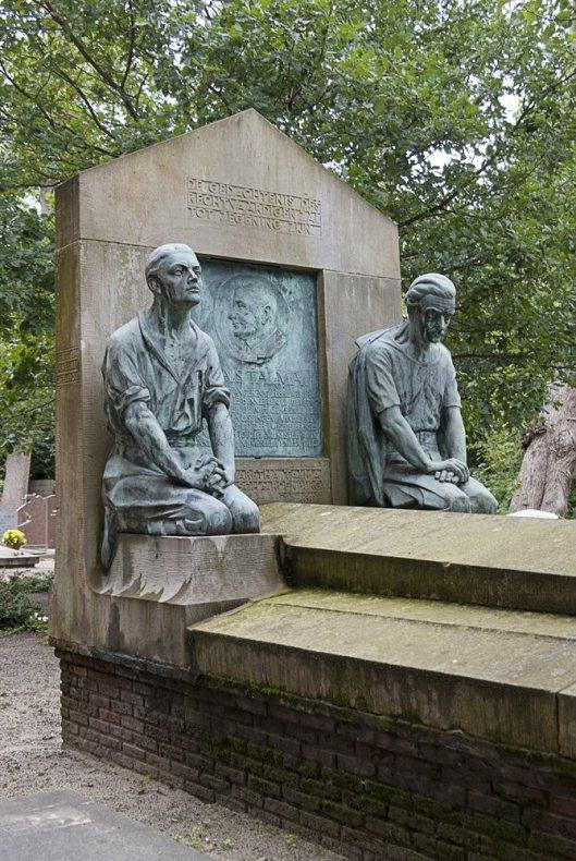 Grafmonument A.Talma op begraafplaats Bennebroek, ontworpen door Dirk Wolbers