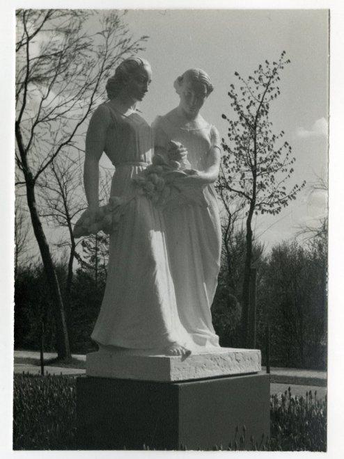 Tentoonstelling Beelden en Bloemen in het Zuiderpark Den Haag 9 april - 2 juni 1941. Beeld van twee vrouwenfiguren door Dirk Wolbers