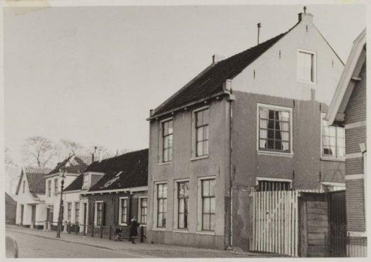 In 1950 moest het pand Kerklaan 17 wijken voor de aanleg van de Limburglaan. In de witgepleisterde huizen links op de foto woonde sinds de 19e eeuw de familie Wolbers