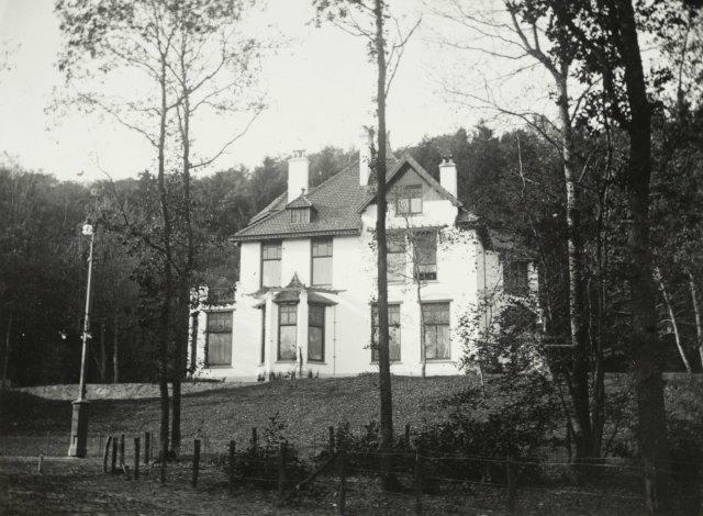 Villa de Karmel (J.Wolbers, 1899) voor mw. Visser van Hazerswoude, geboren jonkvrouw M.A.C.van Merlen, Midden Duin en Daalseweg