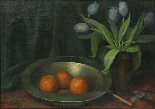Lucien Manceau: stilleven met tinnen schaal gevuld met 3 sinaasappels en tulpen in een vaas.