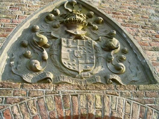 De sluitsteen met verschillende Pauw-wapens in de Duivenpoort Heemstede