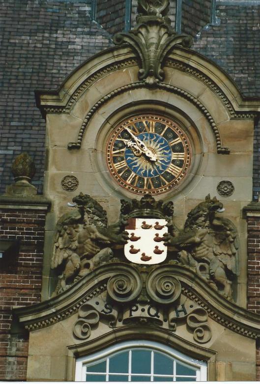Het gebeeldhouwde gemeentewapen in de voorgevel van het raadhuis van Heemstede sinds 1906