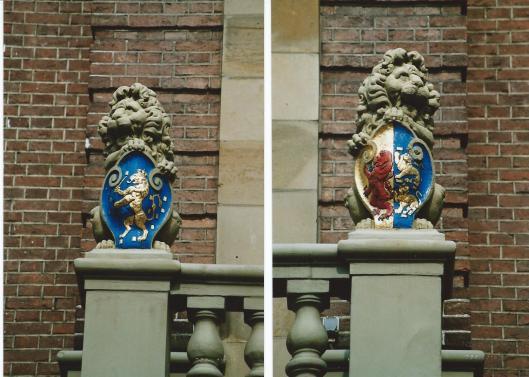 De beide leeuwtjes (als Schildhouders op de linker en rechter bovenzijde van het raadhuisbalkon Heemstede met in het wapen de klimmende Hollandse Leeuw van Holland