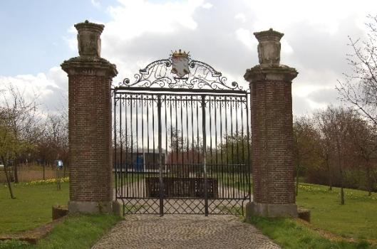 De ridderhofstede Holy bestaat allang niet meer, maar het historische toegangshek bleef bewaard. Ter plaatse van het vroegere kasteel ligt nu een nieuwe woonwijk in Vlaardingen