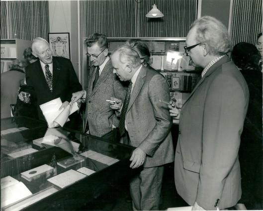 Dr.E.Brongersma  bij de opening van een Godfried Bomanstenttonstelling in de Heemsteedse bibliotheek in 1976. Links van hem Simon Carmiggelt, Michel van der Plas en de heer Disselkoen, destijds ook woonachtig in de villa Tetterodeweg 1