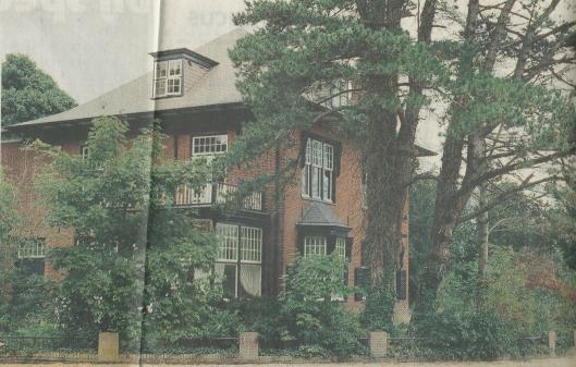 De grote villa in Overveen waarover nog jaren (tot 2006) na Brongersma's overlijden in 1998 met kort gedingen voor de Haarlemse rechtbank is geprocedeerd tussen een ex-bewoner en een potentiële koper. (foto Poppe de Boer, uit Haarlems Dagblad van 21 augustus 1999)