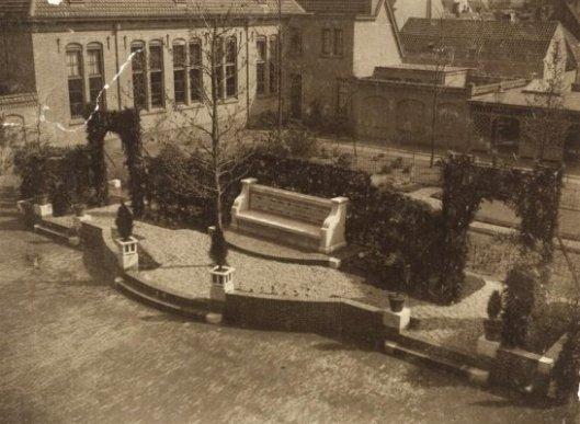 Gedenkbank vervaardigd in herinnering aan zijn grootvader dr.H.Brongersma, die directeur van de gemeentelijke HBS in Haarlem eas