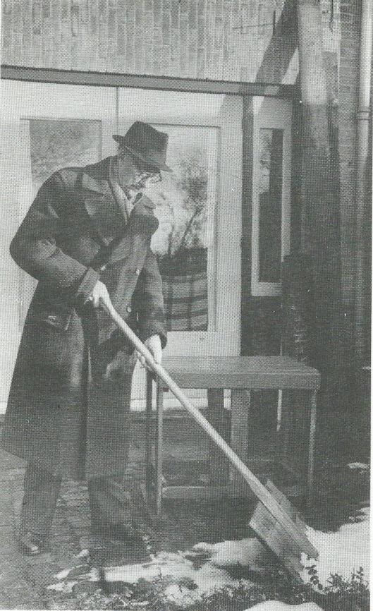 H.G.Cannegieter sneeuw scheppend bij zijn huis aan de Verspronckweg in Haarlem