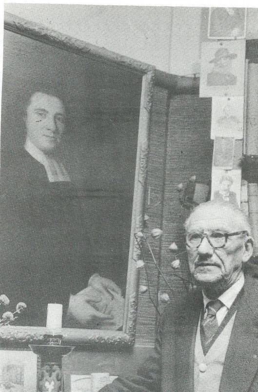 H.G.Cannegier in zijn werkvertrek annex bibliotheek met het geschilderd portret van François Bekius, één van zijn voorvaderen, waaraan hij ook een publicatie wijdde.
