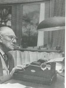 H.G.Cannegieter achter zijn schrijfmachine aan het werk in zijn Haarlemse studeerkamer
