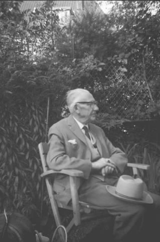 Foto van H.G.Cannegieter in zijn levensavond genomen in de tuin van zijn huis aan de Verspronckweg in Haarlem
