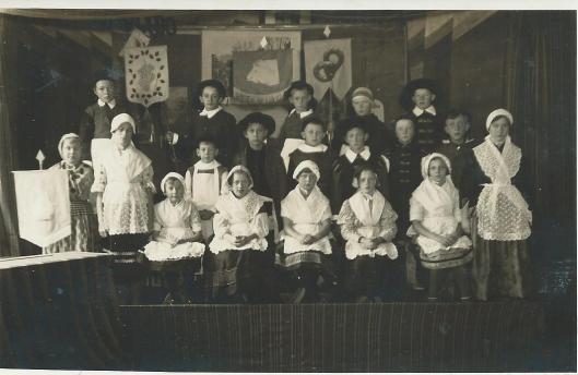 Foto gemaakt bij opvoering van een kindertoneelstuk van Cannegieter door leerlingen van de Bloemendaalse Schoolvereniging