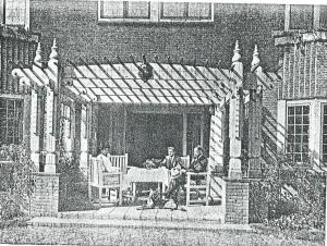 De familie van der Loo gezeten onder de luifel van de Eikenhorst