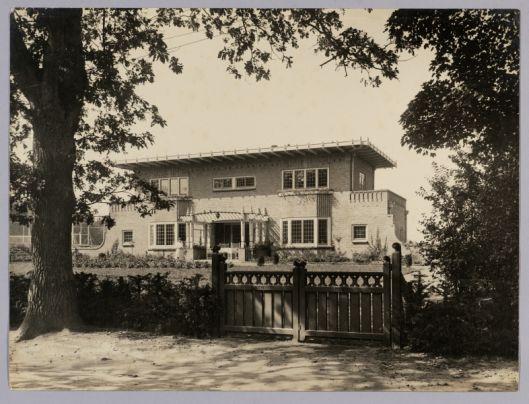 Vooraanzicht van villa de Eikenhorst in Bennebroek op een foto kort na de bouw in 1920