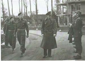 Prins Bernhard bezoekt de Stormschool in Bloemendaal. Links van hem kapitein C.de Ruiter, instructeur, en daarnaast majoor Gualthérie van Weezel