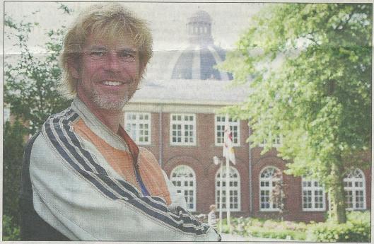 Guus Bauer voor het gebouw van Hageveld (uit: Heemsteedse Courant van 20 juli 2006, foto Sophie Coisin)