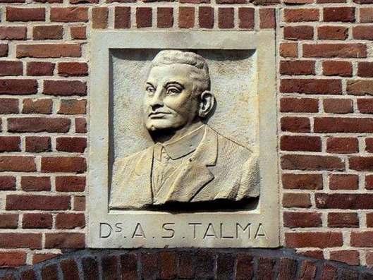 Een reliëf als een hommage aan ds.A.S. Talma, aangebracht aan een gevel in de Talmastraat te Haarlem