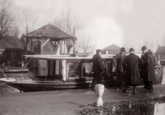 Aankomst in 1910 van minister A.S.Talma in salonboot te Wartena, Friesland. Op de rug de minister van Justitie E.R.H.Regout