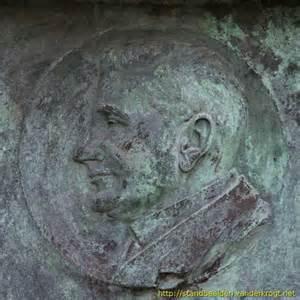 Plaquette met de beeltenis van Talma op het grafmonument in Bennebroek (foto Van der Krogt)