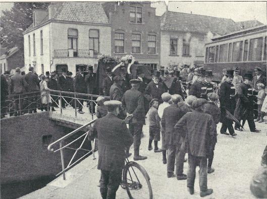 De begrafenisstoet passeert de Bennebroekerbrug