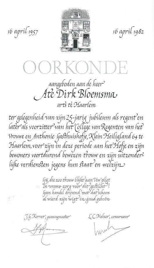 Oorkonde voor Ate Dirk Bloemsma, arts te Haarlem, in 1982, vervaardigd door Pieter Wetselaar in opdracht van het Vrouwe en Anthonie Gasthuishofje in Haarlem