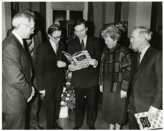 De presentatie van de monografie 'Werk van Pieter Wetselaar' aan minister mr.E.Brinkman, bij welke gelegenheid hem een koninklijke onderscheiding is verleend. Rechts Pieter Wetselaar en zijn echtgenote