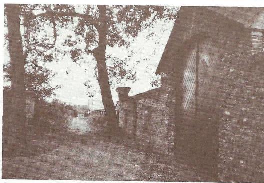 Portje in tuinmuur om vanuit het huis via een pad de steiger in de Leidsevaart te bereiken.