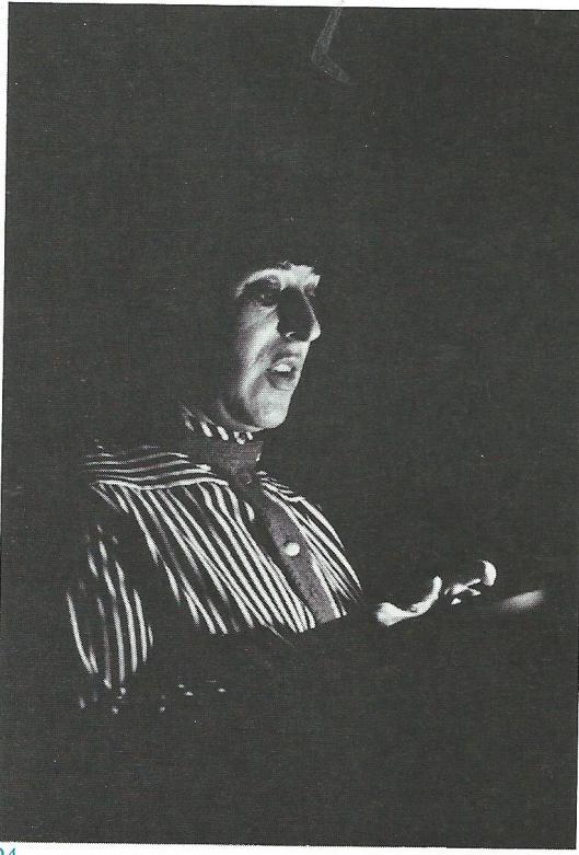 Lizzy Sara May tijdens het voorlezen van haar verbruikspoëzie