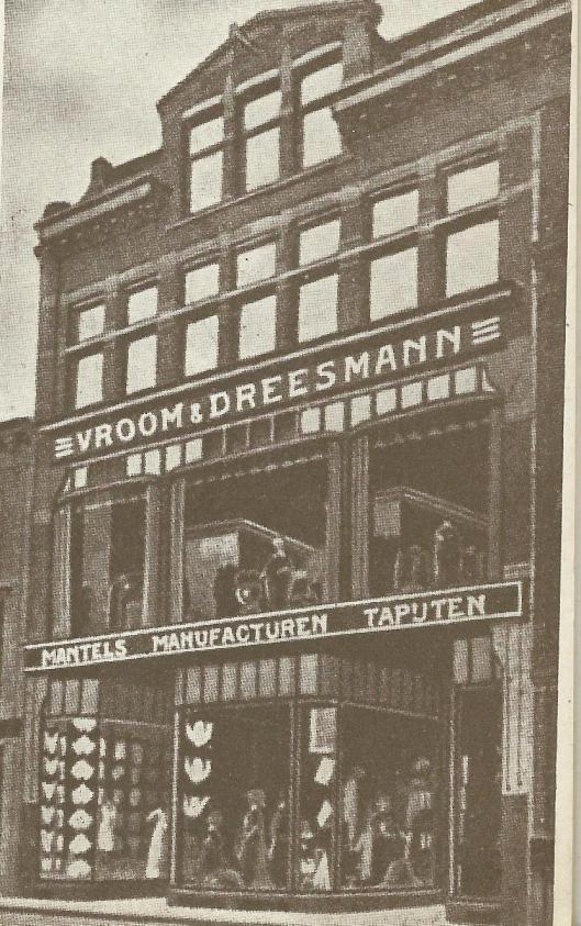 Jet eerste V&D pand in de Grote Houtstraat voor de verhuizing naar 'de wolkenkrabber van Haarlem'