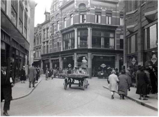 Magazijn De Zon, de eerste Vroom en Dreesmann vestiging in Haarlem aan de Korte Veerstraat, 1896