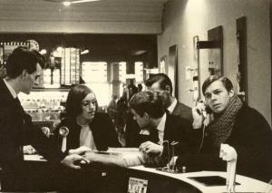 Vroom en Dreesmann Haarlem, 1965. Jongeren beluisteren muziek (foto Ton Damstra)